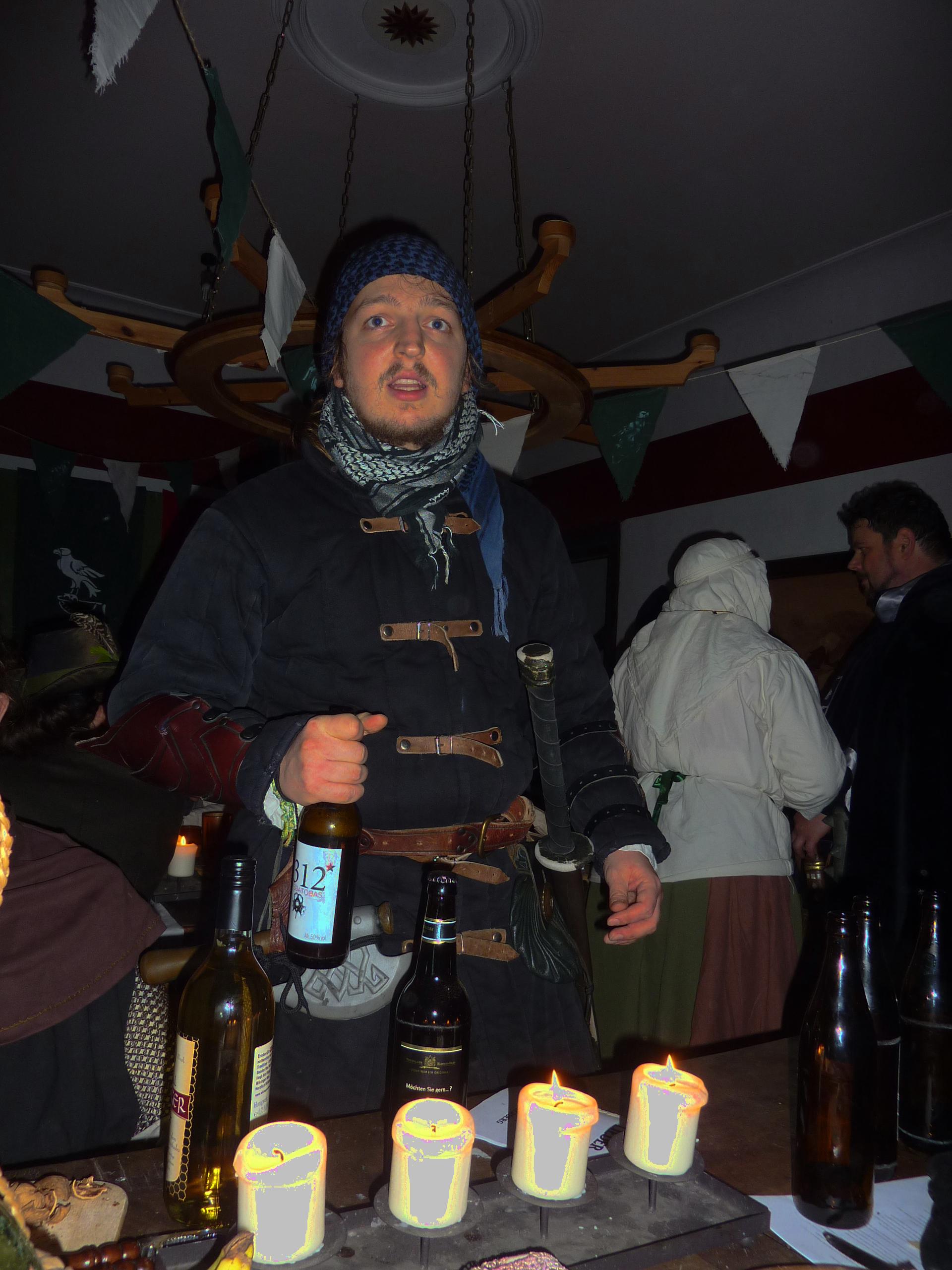https://tintenwolf.mrkeks.net/satjira-project/index.php/Datei:Degordarak_rezitiert_Gedichte_im_Gutshaus_zum_reisenden_Pilger.jpg